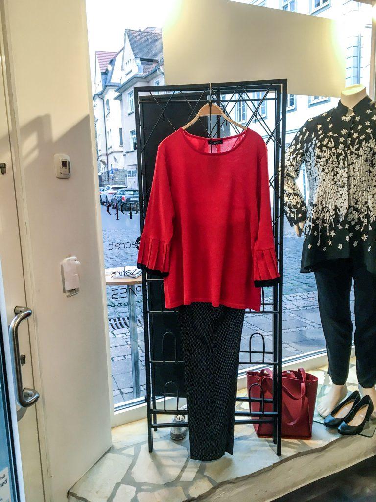 Unser Look der Woche - Schick in Strick – ein tolles Rot gehört in jeden Schrank