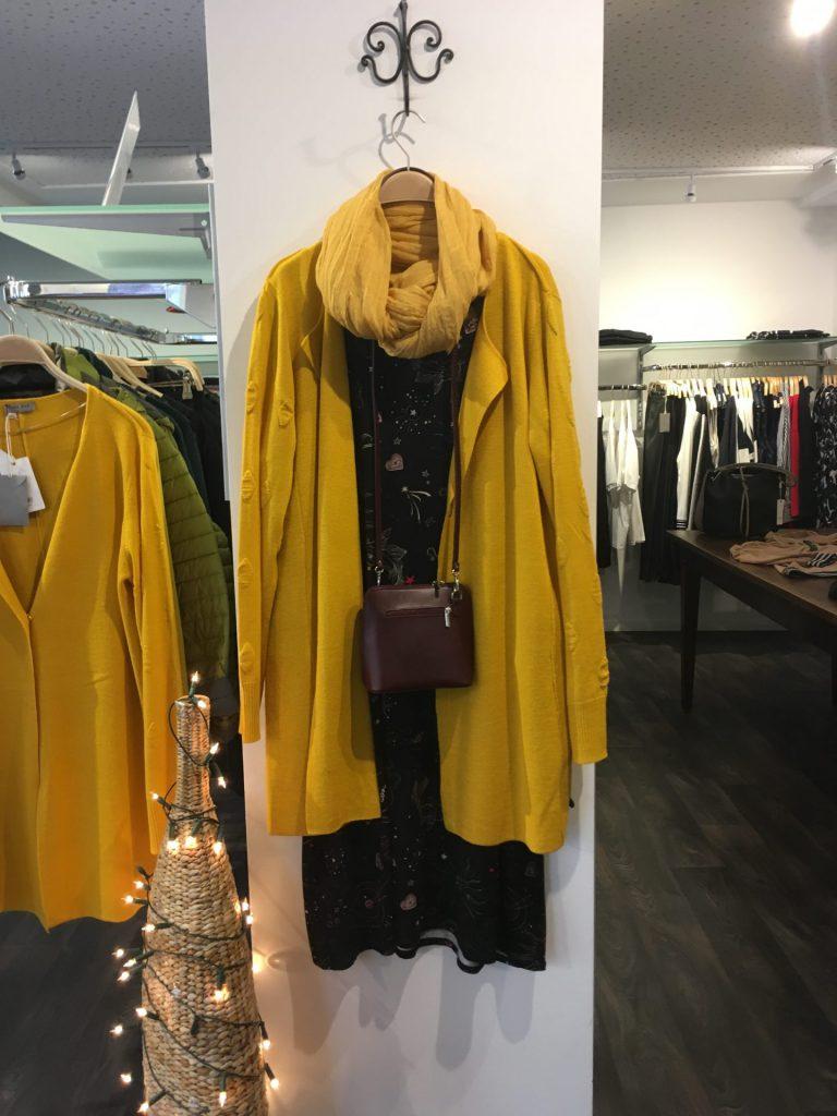 Tolle Teile 50 % reduziert* - Tragen Sie dieses Kleid mit lustigen Ornamenten und darauf das gelbe Chasuble, ein echter Hingucker !